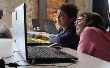 Dos niños aprendiendo a programar en CampTecnológico